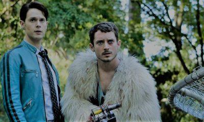 Samuel Barnett e Elijah Wood in Dirk Gently - agenzia di investigazione olistica