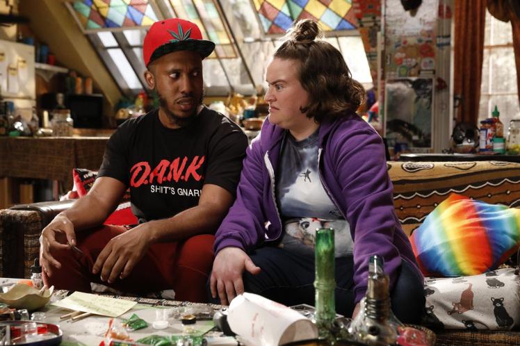 Disjointed: Dank e Debby nella loro abitazione