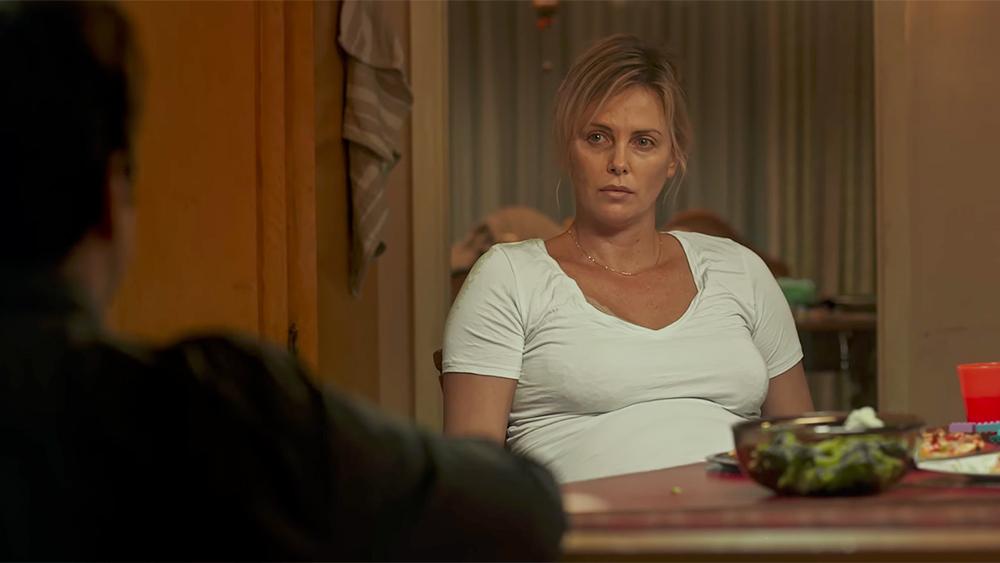 Charlize Theron e la dura maternità nel nuovo trailer di