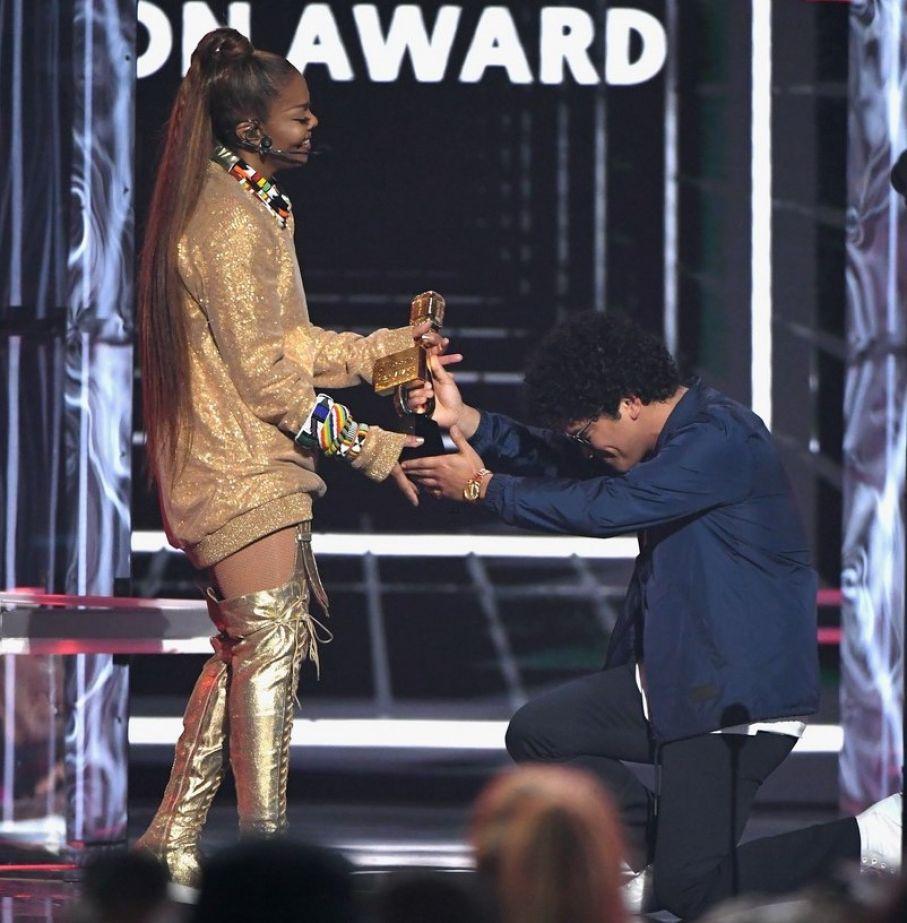 BILLBOARD MUSIC AWARDS, Janet Jackson e Bruno Mars