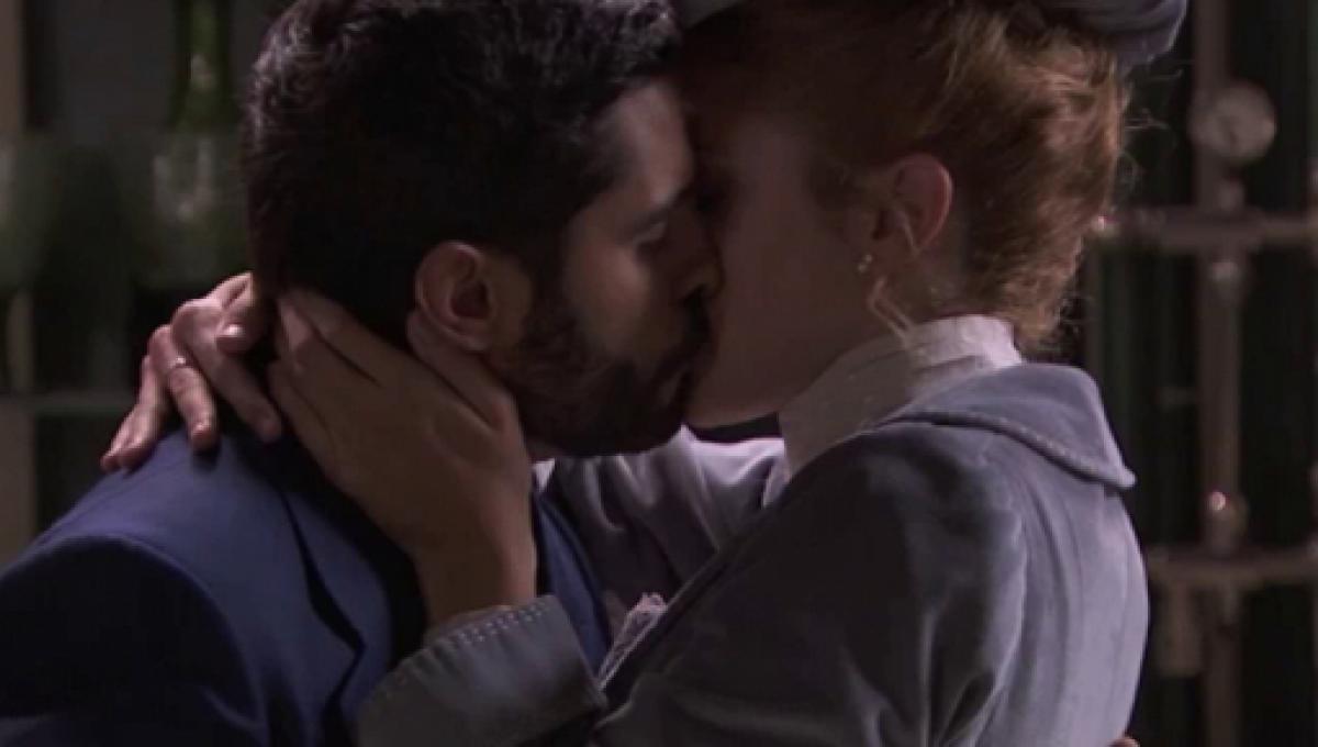 Una Vita: il bacio di Victor e Elvira