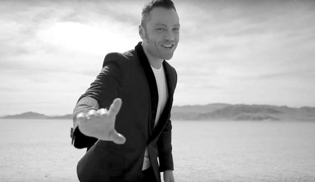 Il cantante Tiziano Ferro nel video di Potremmo Ritornare (2016).