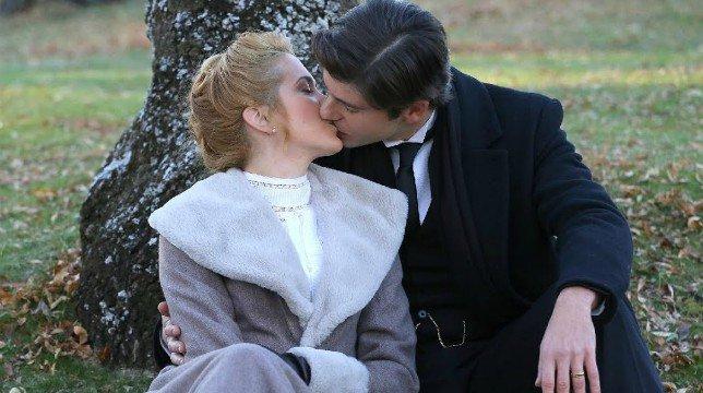 Elvira e Simon scappano da Acacias 38 / Una Vita