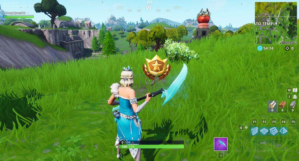Cerca tra un uomo di roccia gigante, un pomodoro con la corona e un albero circondato