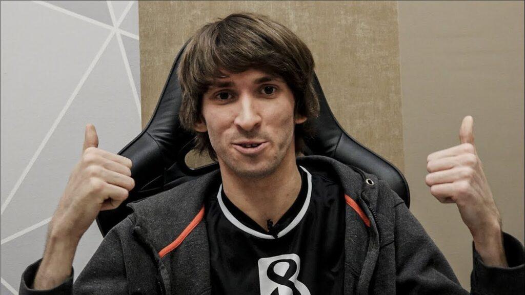 Dendi, uno dei giocatori più conosciuti di Dota 2, con la maglia del suo team B8