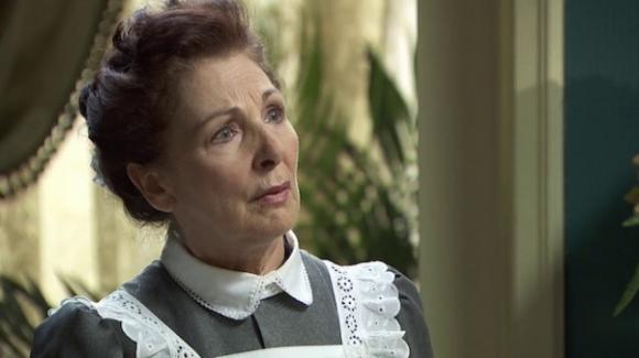 Una Vita - La vecchia istitutrice convince Agustina a suicidarsi