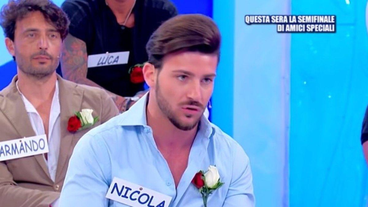 """Uomini e Donne - Nicola lontano dalla dama di Torino: """"Non vuole venire da me"""""""