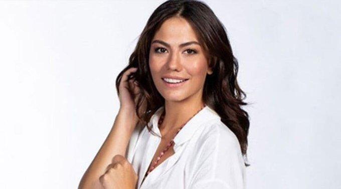 Demet Ozdemir criticata per una sua foto in bikini