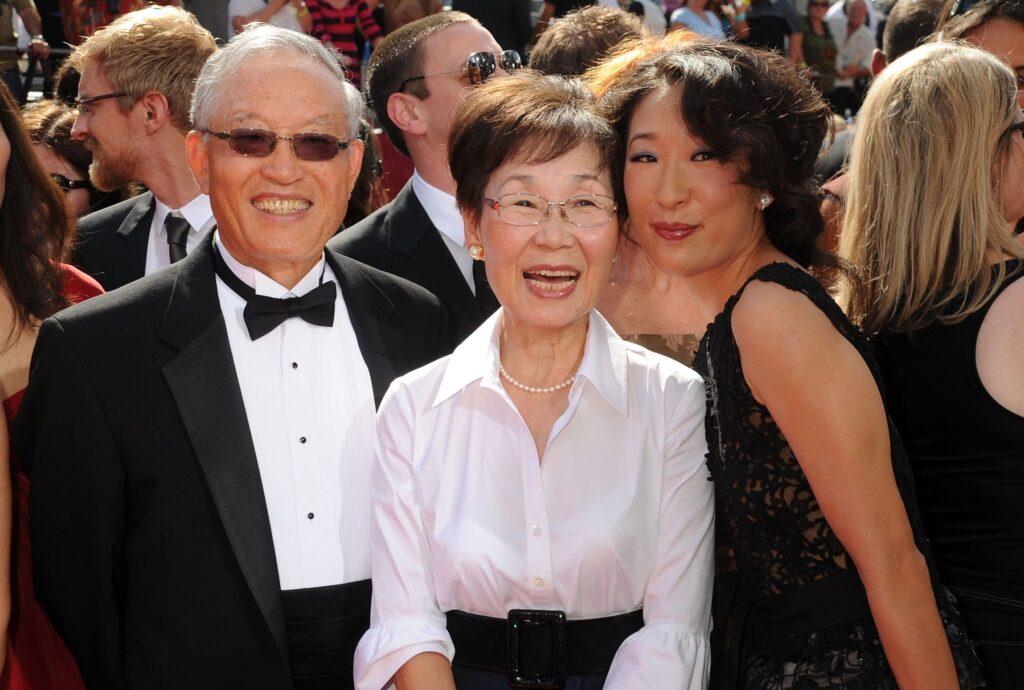 Sandra Oh con i genitori alla cerimonia Emmy, Gogo Magazine