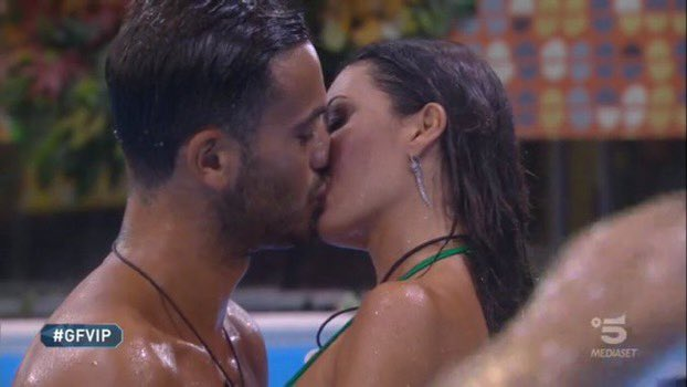 Grande Fratello Vip: Elisabetta Gregoracci e Pierpaolo Petrelli, sfida a colpi di baci
