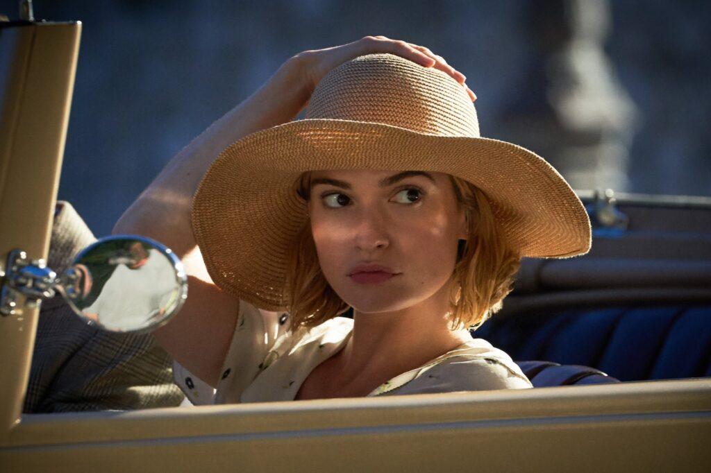 Lily James nel film Netflix Rebecca, Gogo Magazine