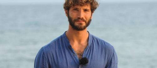 Stefano de Martino - Il conduttore ricompare su Instagram con un braccio fasciato