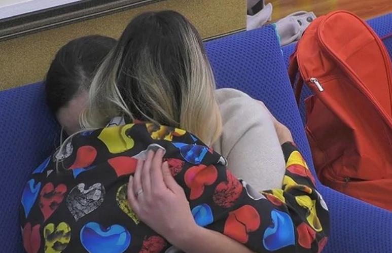 Grande Fratello Vip - L'attrice scoppia a piangere abbracciata a Stefania Orlando