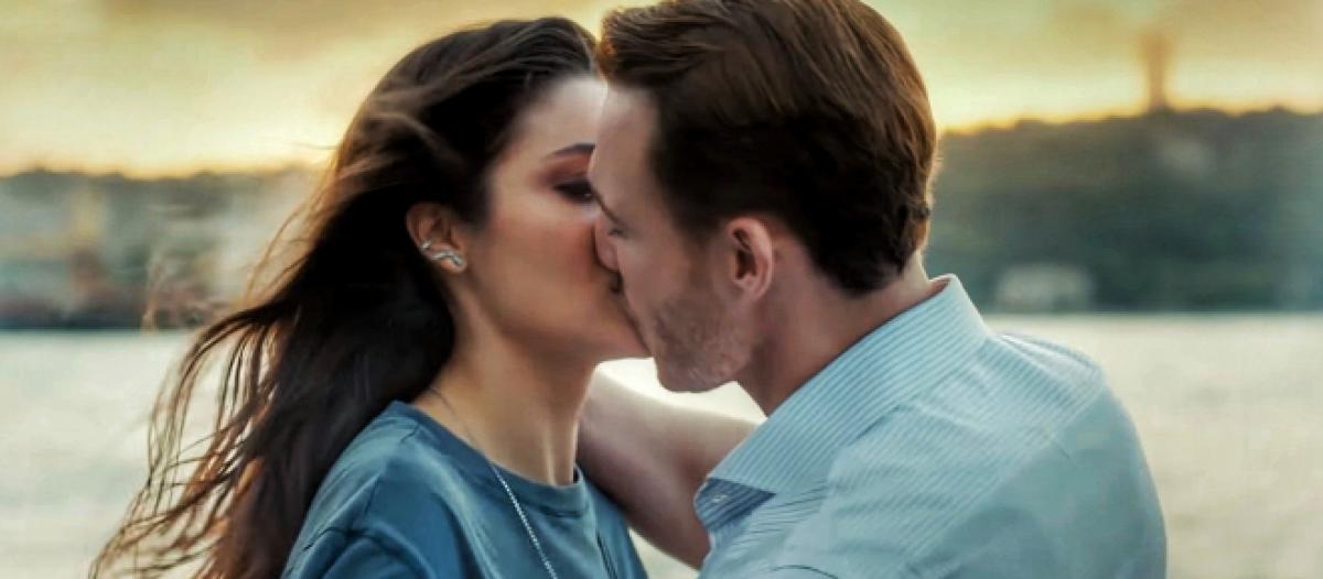 Love is in the air, Scatta il bacio appassionato tra Serkan e Eda